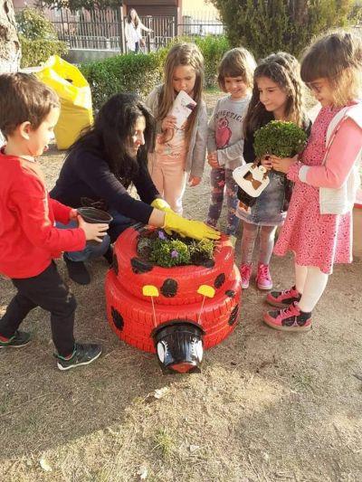 Обновяване на детската площадка на трета група заедно с г-жа Николова и г-жа Йорданова - ДГ №121 - София, район Нови Искър